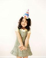 girl wearing birthday party hat 20015013123| 写真素材・ストックフォト・画像・イラスト素材|アマナイメージズ