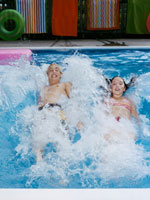 Teenagers playing in a swimming pool 20015013490| 写真素材・ストックフォト・画像・イラスト素材|アマナイメージズ