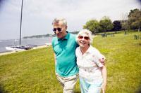 Senior adult couple walking near water 20015014127| 写真素材・ストックフォト・画像・イラスト素材|アマナイメージズ