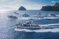 父島の二見港 おがさわら丸出航の見送り 20018001000| 写真素材・ストックフォト・画像・イラスト素材|アマナイメージズ