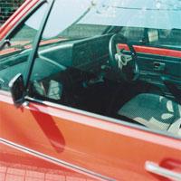 赤い車の運転席