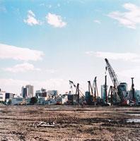 工事現場のクレーン車とビル 20021000098| 写真素材・ストックフォト・画像・イラスト素材|アマナイメージズ