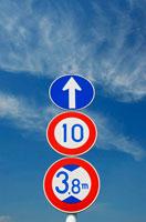 青空に伸びる道路標識