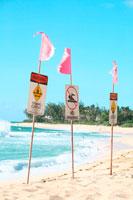 ビーチの警告フラッグ 20021000241| 写真素材・ストックフォト・画像・イラスト素材|アマナイメージズ