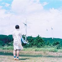 風力発電と女性の後姿