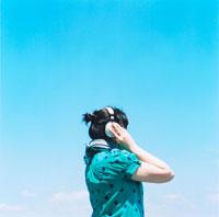 音楽を聴く女性の後姿 20021000329| 写真素材・ストックフォト・画像・イラスト素材|アマナイメージズ