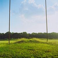 草原に立つ2本の棒 20021000571| 写真素材・ストックフォト・画像・イラスト素材|アマナイメージズ