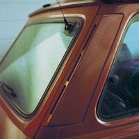 赤い車の窓ガラス