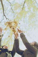 落ち葉を投げる2人の女性 20021000597  写真素材・ストックフォト・画像・イラスト素材 アマナイメージズ