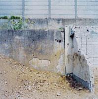 崩れたコンクリートの壁
