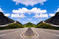 シンメトリーの道路 20021000825| 写真素材・ストックフォト・画像・イラスト素材|アマナイメージズ