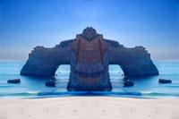 シンメトリーの岩 20021000832| 写真素材・ストックフォト・画像・イラスト素材|アマナイメージズ