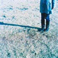 冬の草と女性の足