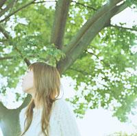 木立に立つ女性