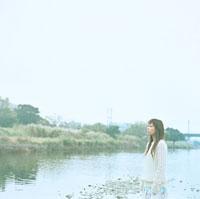 河原にたたずむ女性