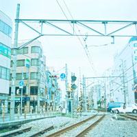線路と町並み 20021001013| 写真素材・ストックフォト・画像・イラスト素材|アマナイメージズ