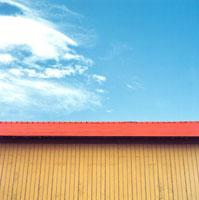 赤い屋根の建物と青空