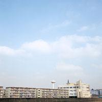 集合住宅と空 20021001086| 写真素材・ストックフォト・画像・イラスト素材|アマナイメージズ