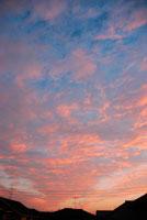 夕空と屋根 20021001149| 写真素材・ストックフォト・画像・イラスト素材|アマナイメージズ