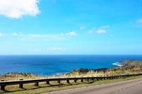 湾岸線の道路と青空