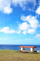 海岸とベンチ 20021001311A| 写真素材・ストックフォト・画像・イラスト素材|アマナイメージズ