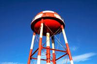 赤と白のタンクと青空