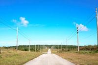 道と青空 20021001346| 写真素材・ストックフォト・画像・イラスト素材|アマナイメージズ