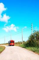 道と赤いバスと青空 20021001348| 写真素材・ストックフォト・画像・イラスト素材|アマナイメージズ