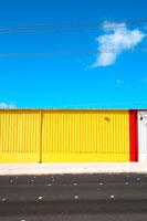 カラフルな壁と青空