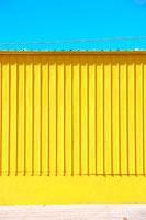 黄色の壁と青空