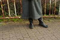ブーツを履いた女性の足元
