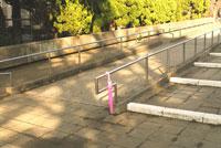 忘れられたピンクの傘 20021001395| 写真素材・ストックフォト・画像・イラスト素材|アマナイメージズ