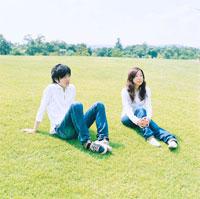 芝生に座る男性と女性