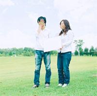 メッセージボードを持つ男性と女性