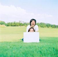 メッセージボードを持つ女性と男性