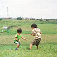 野原で遊ぶ二人の幼児