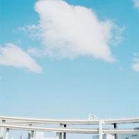 空と高速道路 20021002562| 写真素材・ストックフォト・画像・イラスト素材|アマナイメージズ
