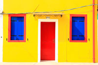 黄色のカラフルな家