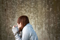 壁の前に立つ女性 20021003497| 写真素材・ストックフォト・画像・イラスト素材|アマナイメージズ