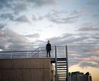 屋上に立つ女性