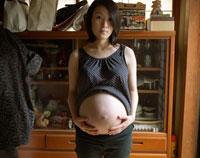 妊婦のポートレイト 20021003512| 写真素材・ストックフォト・画像・イラスト素材|アマナイメージズ