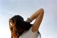 髪をかきあげる女性 20021003515| 写真素材・ストックフォト・画像・イラスト素材|アマナイメージズ