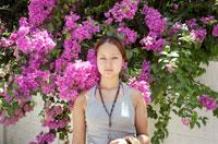 花の前に立つ女性 20021003522| 写真素材・ストックフォト・画像・イラスト素材|アマナイメージズ