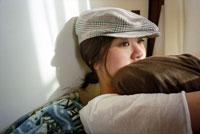 たそがれる女性 20021003536| 写真素材・ストックフォト・画像・イラスト素材|アマナイメージズ