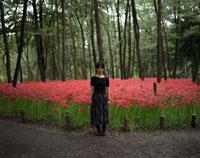 彼岸花畑に立つ女性 20021003978| 写真素材・ストックフォト・画像・イラスト素材|アマナイメージズ