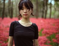 彼岸花畑に立つ女性 20021003979| 写真素材・ストックフォト・画像・イラスト素材|アマナイメージズ
