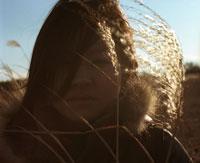 ススキと女性 20021003981| 写真素材・ストックフォト・画像・イラスト素材|アマナイメージズ