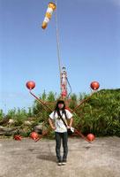 着陸場に立つ女性 20021003994| 写真素材・ストックフォト・画像・イラスト素材|アマナイメージズ