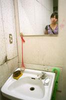 洗面台の鏡に映る女性 20021003998| 写真素材・ストックフォト・画像・イラスト素材|アマナイメージズ