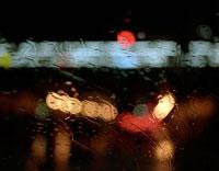 車の窓越しに見るネオン